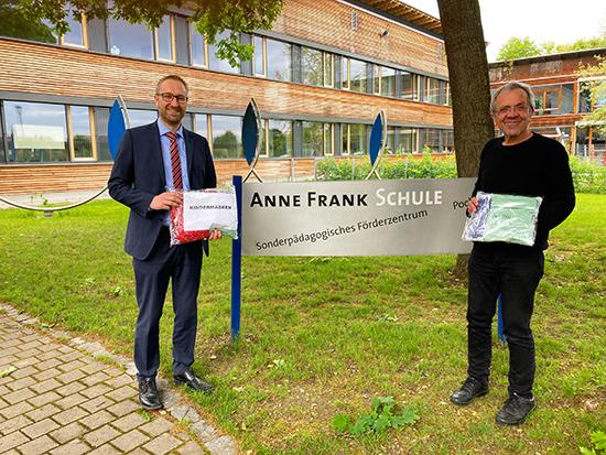 Anne-Frank-Schule Marktbereichsleiter Stefan Schützeneder (l.) überreichte Rektor Josef Wenzl die Masken für die Grundschüler