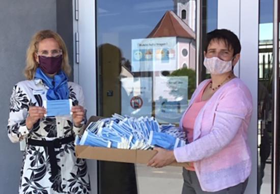Rektorin Anita Hofbauer von der Musik-Grund- und Mittelschule Ruhstorf nahm die Masken von Kundenberaterin Sabine Schönbauer entgegen