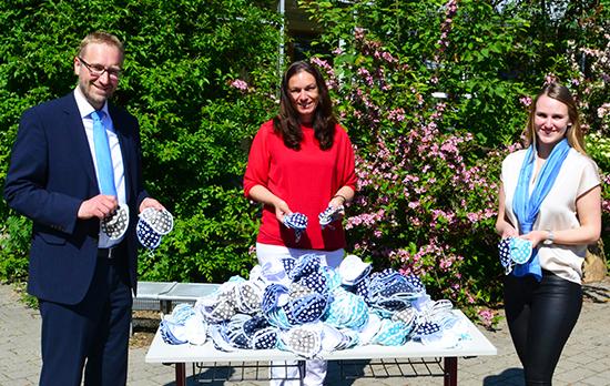 Marktbereichsleiter Stefan Schützeneder (l.) und Kundenberaterin Julia Freudenstein überreichten Konrektorin Sabine Huber von der Grundschule Pocking die Masken